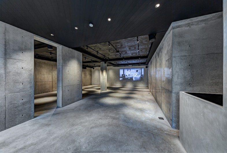 レンタル撮影スタジオのこだわり: コンクリート壁・コンクリート床